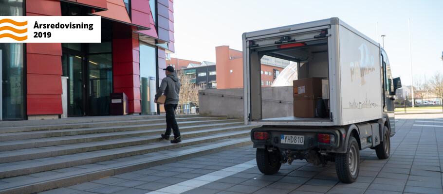 Lindholmsleveranser levererar paket på Lindholmen.