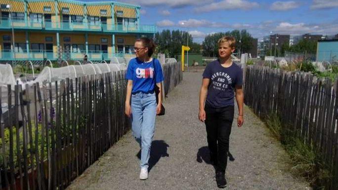 Ungdomar promenerar på den nya gångvägen i Frihamnen.