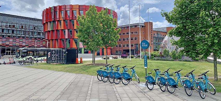 Styr & ställ-cyklar framför Lindholmen Science Park.
