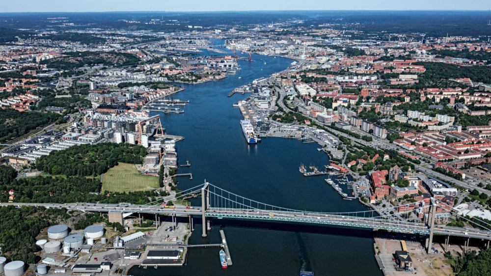 Flygbild över Göteborgs hamninlopp och staden på båda sidor älven.