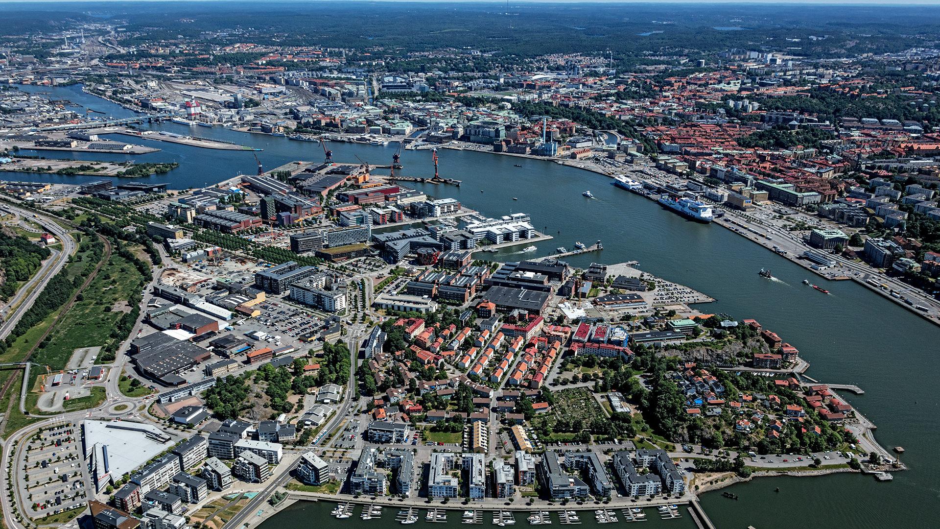 Flygfoto över Göta älv och centrala Göteborg med Lindholmen i förgrunden.