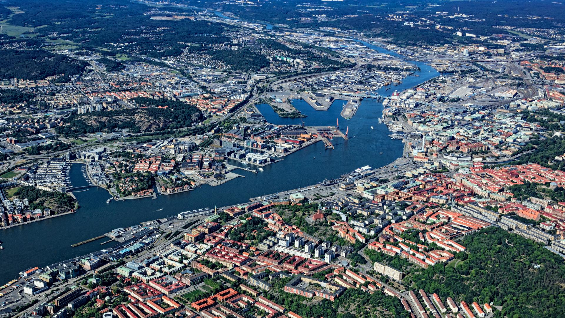 Flygfoto över Älvstadens områden som breder ut sig på båda sidor om Göta älv i centrala Göteborg.