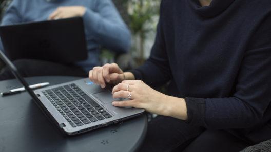Person som sitter vid en laptop.