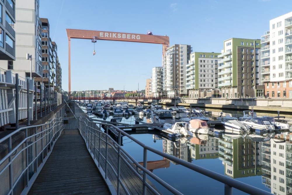 Eriksbergskranen i bakgrunden och runt om en mängd nya bostadshus.