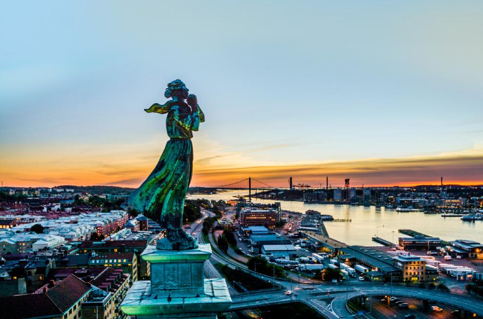 Vy över Göteborg i solnedgång med sjömanshustrun i förgrunden.