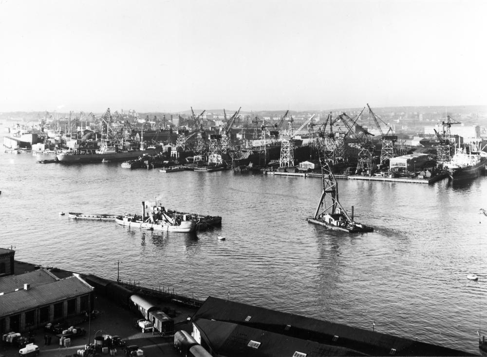 Historisk bild av varv längs Göta älv.