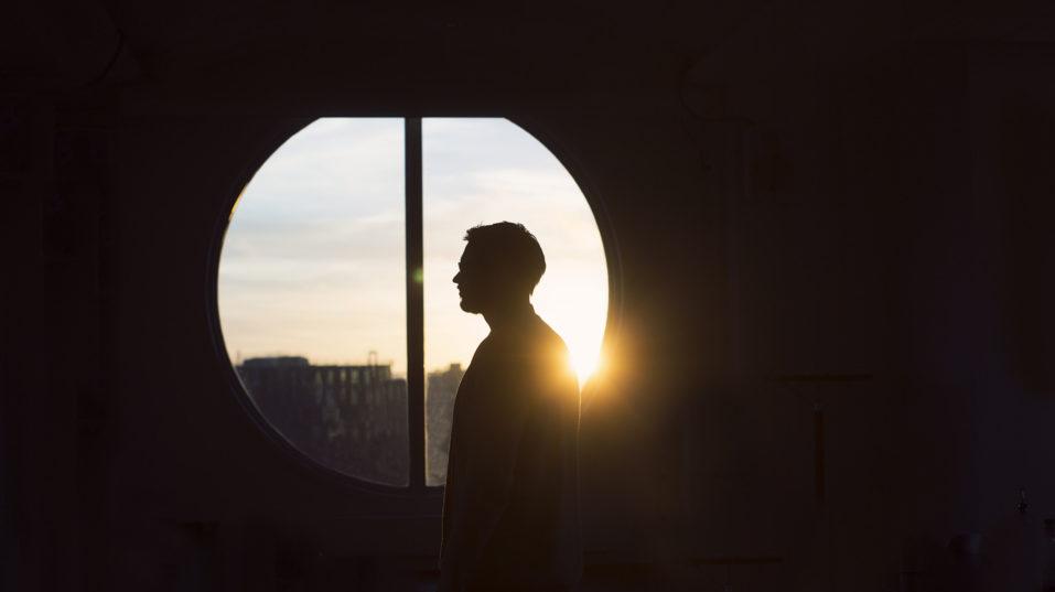 Person på kontoret framför ett fönster med utsikt över älven.