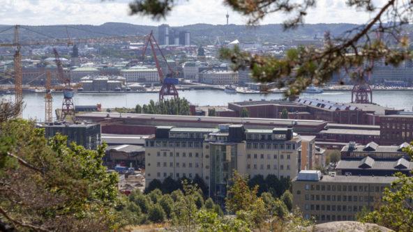 Vy över Lindholmen en sommardag.