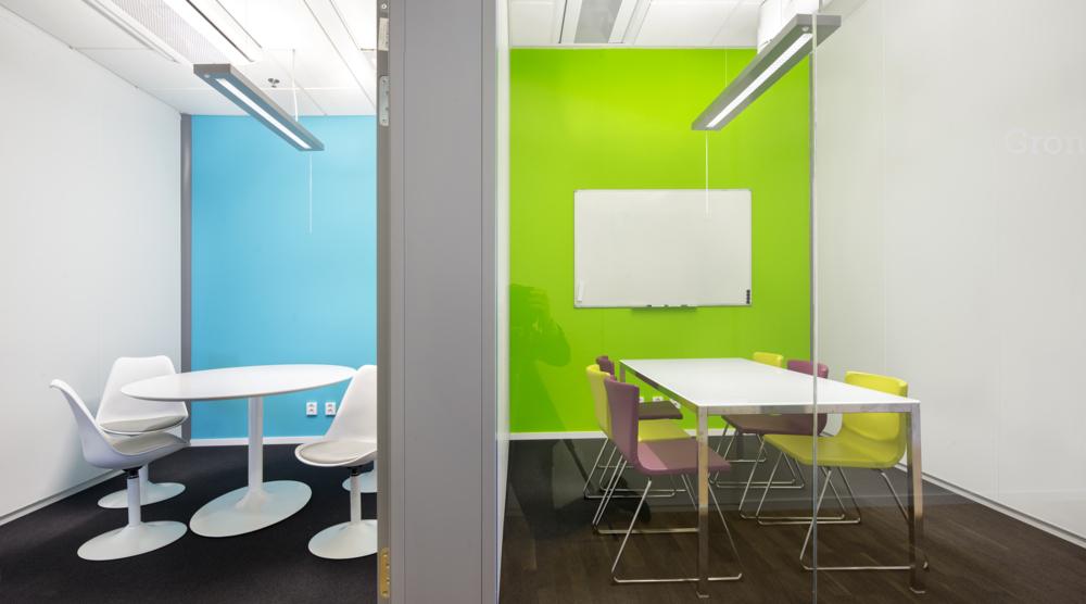 Två moderna konferensrum med färgglada väggar, Lindholmen.