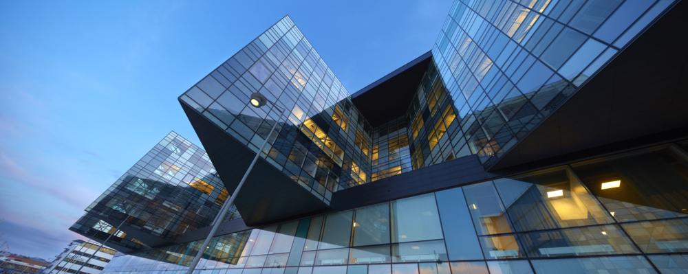 Glasfasaden på Lindholmen Science Park kvällstid.