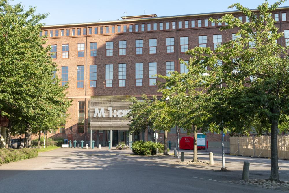 Bild på fastigheten M1 på centrala Lindholmen en vårdag.