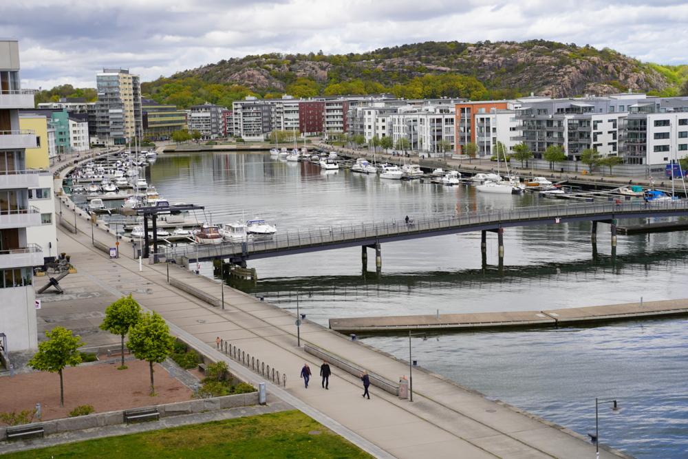 Vy över Sannegårdshamnen med småbåtshamn och nybyggda bostäder.