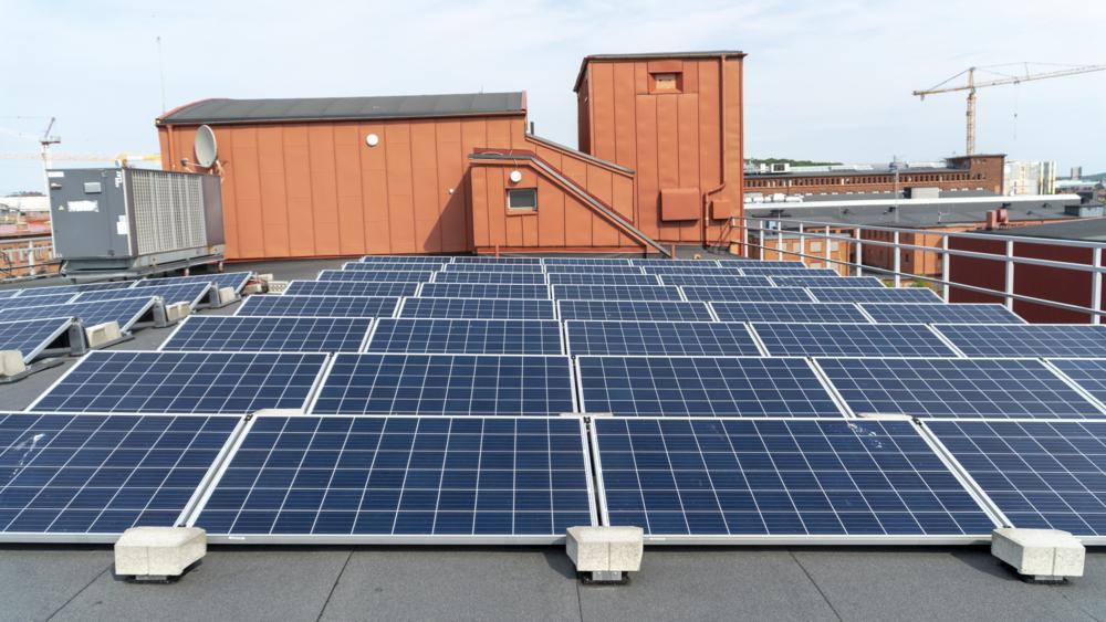 Solceller på taket på fastigheten Förrådet på Lindholmen.