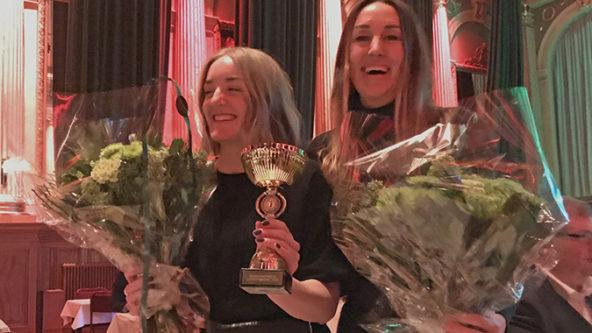 Medarbetarna Louise Larsson och Pauline Hansson glada vid prisutdelningen av Upphandlingspriset 2020, Lindholmsleveransen vann.
