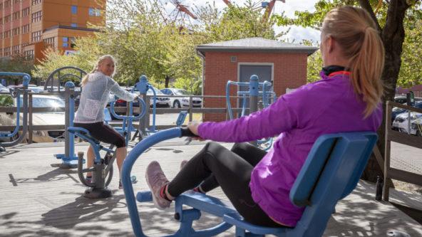 Personer tränar vid utegymmet en solig vårdag på Lindholmen.