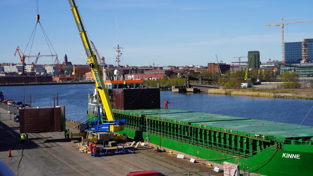 Temporära bostäder anländer Frihamnen med fartyg.