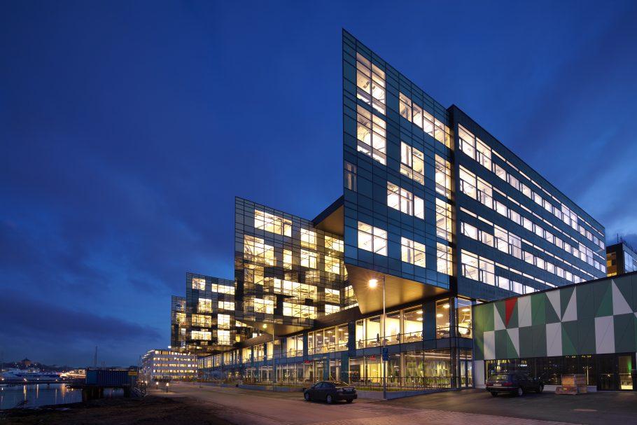 Kvällsljus mot glasfasaden på Lindholmen Science Park