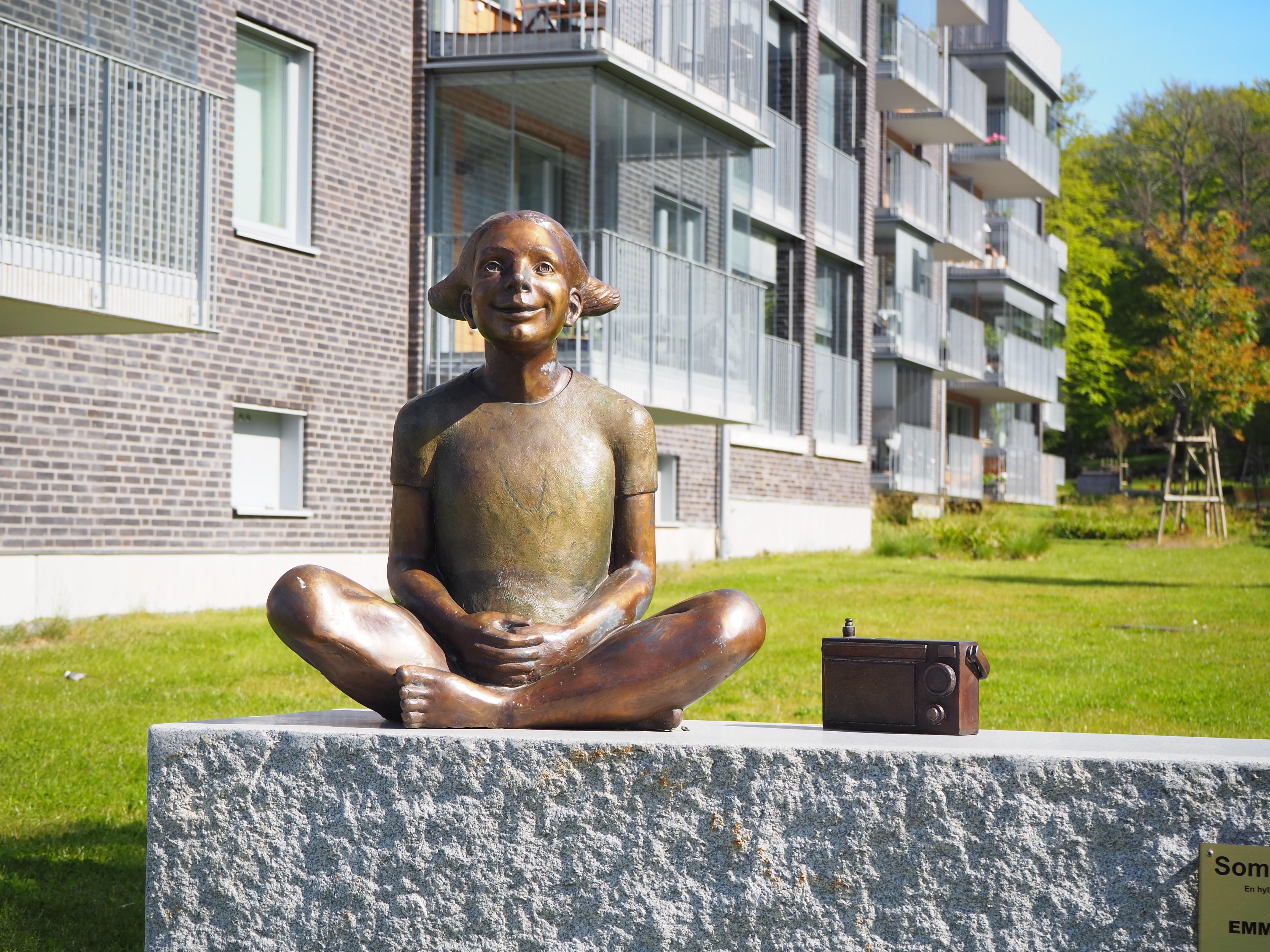 """Bild på bronsstatyn """"Sommarradio"""" av: Emma Ströde, Örgryte Torp"""