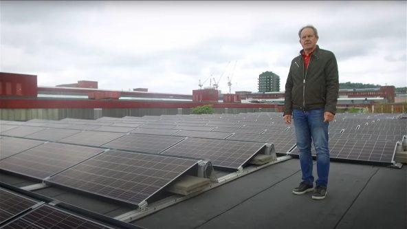 Torgny Tennby, teknisk förvaltare, står bland solceller på ett hustak.